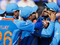 चैंपियंस ट्रॉफी का आगाज इंग्लैंड में एक जून से होने वाला है. इस बार आईसीसी के इस टूर्नामेंट के लिए भारतीय टीम को मज़बूत दावेदार के तौर पर देखा जा रहा है. भारतीय टीम ने दो बार इस खिताब को अपने नाम किया है और एक बार फिर टीम इंडिया के पास मौका है. इस खिताब को अपने नाम करने का साथ ही कंगारुओं को पीछे छोड़ने का भी. हम आपको बता रहे हैं चैंपियंस ट्रॉफी 2013 में टीम इंडिया के 5 ऐसे खिलाड़ी जो इस भी टीम के लिए मैच विनर साबित हो सकते हैं: (Image Source: BCCI)