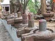 गुमला जिला मुख्यालय से अस्सी किमी की दुरी पर है डुमरी के प्राचीन बाबा टांगीनाथ मंदिर. मंदिर परिसर में आस्था लबालब है तो इतिहास भी कई सवालों के साथ मौजूद है. कतार में रखे एक, दो नहीं, कई कई शिवलिंग, असंख्य मूर्तियां और इनके बीच जमीन में गड़ा विसाल फरसा या टांगी.