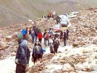 मनाली-लेह मार्ग पर भूस्खलन की वजब से फंसे 450 लोगों को प्रशासन ने सुरक्षित निकाल लिया है. बताया जा रहा था कि पेटसियो और जिंगजिंगबार नामक स्थान के पास यह घटना हुई. केलॉन्ग से 45 किमी. दूर पेटसियो और पेटसियो से 7 किमी. आगे नाले में भूस्खलन से 200 मीटर तक सड़क का नामोनिशान मिट गया था.  ये घटना मंगलवार देर रात हुई थी.<br />बीआरओ की टीम कप्तान सनी के नेतृत्व में जेसीबी और अन्य मशीनरी दारचा से रवाना हुआ। भारी बारिश और कड़ी मेहनत के बाद उन लोगों को बाहर निकाला गया है. (फोटो-न्यूज18)