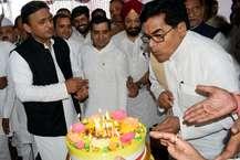 इटावा के सैफई में सपा के राष्ट्रीय महासचिव राम गोपाल यादव का 71वां जन्मदिवस धूमधाम से मनाया गया. इस दौरान सपा के राष्ट्रीय अध्यक्ष अखिलेश यादव के साथ धर्मेंद्र यादव व पार्टी के तमाम नेता मौजूद थे लेकिन मुलायम सिंह यादव और शिवपाल नहीं पहुंचे. Image: News 18 Hindi