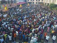 अहमदाबाद में आज भगवान जगन्नाथ की 140वीं रथयात्रा निकाली गई. रथयात्रा सुबह 7 बजे से शुरु हुई. इस दौरान बहन सुभद्रा और बड़े भाई बलराम के साथ भगवान जगन्नाथ नगर यात्रा पर निकले. बता दें आषाढ़ के शुक्ल पक्ष की द्वितीया को यह उत्सव मनाया जाता है.(Photo Credit- Anoop Kumar Singh)