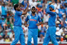 भारतीय क्रिकेट टीम वेस्टइंडीज़ दौरे के लिए कैरिबियन आइलैंड्स के लिए मंगलवार को रवाना हो गई. भारत को वेस्टइंडीज के साथ 23 जून से पांच वनडे और एक टी-20 मैच का खेलना है. दोनों देशों की टीमों एलान कर दिया गया है. वेस्टइंडीज़ ने जहां इस सीरीज़ के लिए टीम में कोई बदलाव नहीं किए हैं वहीं भारतीय टीम ने रोहित शर्मा और जसप्रीत बुमराह को सीरीज़ के लिए आराम देने का फैसला किया है. इन दो खिलाड़ियों की जगह रिषभ पंत और कुलदीप यादव को शामिल किया गया है. टीम में 5 ऐसे भी खिलाड़ी हैं जो पहली बार इस क्रिकेट दौरे का हिस्सा होंगे.