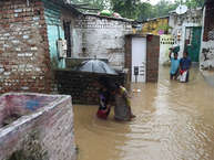 देश भर में मानसून सक्रिय हो चुका है और गुजरात राजस्थान सहित कई राज्यों में भीषण बारिश के कारण हालात बहुत खराब हैं. गुजरात में तो बाढ़ के कारण कई गांव डूब गए हैं और शहरी इलाकों में जलभराव की स्थिति पैदा हो गई है. तस्वीरों में देखिए बाढ़ से बदहाल गुजरात.