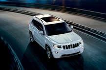 Jeep India ने आखिरकार Grand Cherokee में पेट्रोल इंजन मॉडल लॉन्च कर दिया. Grand Cherokee अब 3.6 लीटर V6 पेट्रोल इंजन में अवेलेबल है, जो कि 286 bhp और 347 Nm टॉर्क जेनरेट करेगा. यह सिर्फ फुली लोडेड Summit Version में आएगी. 8 स्पीड ऑटोमेटिक गियरबॉक्स वाली Grand Cherokee की कीमत 75.15 लाख (एक्स शोरूम) रखी गई है. (Jeep.com)