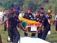 जम्मू एवं कश्मीर के राजौरी सेक्टर में मंगलवार को पाकिस्तान की गोलाबारी में शहीद हुए हमीरपुर के शशि कुमार (45) को शुक्रवार को पूरे राजकीय व सैन्य सम्मान के साथ अंतिम संस्कार कर दिया गया.