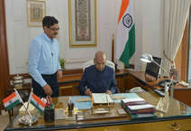 रामनाथ कोविंद देश के 14 वें राष्ट्रपति बन चुके हैं. कोविंद देश के दूसरे दलित राष्ट्रपति हैं. इसके पहले के आर नारायणन दलित समुदाय से आने वाले पहले राष्ट्रपति बन चुके हैं. काले रंग का सफारी सूट पहने कोविंद पत्नी के साथ सबसे पहले राजघाट पहुंचे, जहां उन्होंने राष्ट्रपिता महात्मा गांधी को पुष्पांजली अर्पित की. इसके बाद वो राष्ट्रपति भवन पहुंचे, जहां निवर्तमान राष्ट्रपति प्रणब मुखर्जी ने गुलदस्ते से उनका स्वागत किया. इसके बाद उन्होंने पद और गोपनीयता की शपथ ली. Image Credit: President Of India Twitter Handle