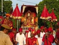 तीज का त्यौहार भारत में काफी हर्षो उल्लास के साथ मनाया जाता हैं. तीज का त्यौहार भगवान शिव और पार्वती के पके अटूट रिश्ते का प्रतीक है. सावन में आने के कारण इसे हरियाली भी कहा जाता है. इस दिन देवी पार्वती ने भगवन शिव को वचन दिया था की वह उनकी लम्बी आयु के लिये उनके लिए निर्जल व्रत रखेंगी. उसी तरह से सभी विवाहित महिलाएं आपने पति की लम्बी आयु और स्वस्थ जीवन के लिए उपवास रखती हैं .सुहागन महिलाएं ही नहीं बल्कि कुंवारी लड़कियां भी योग्य वर को पाने के लिए उपवास के नियमो की पालना करता हैं. (All image: getty)
