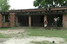 कांग्रेस उपाध्यक्ष राहुल गांधी के संसदीय क्षेत्र अमेठी में एक स्कूल ऐसा है जो 2012 से ही खंडहरनुमा बिल्डिंग में चल रहा है. कक्षा पांच तक के इस स्कूल में कुल 36 बच्चे हैं, जिनमें से कभी 11 तो कभी 5 बच्चे ही स्कूल आते हैं. वो भी पढ़ने नहीं मिडडे मिल का खाना खाने के लिए.