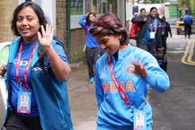 इंग्लैंड के लॉर्ड्स स्टेडियम में भारत और इंग्लिश टीम के बीच महिला वर्ल्ड कप का खिताबी मुकाबला खेला जा रहा है. इस मुकाबले को लेकर ऐसा लगा रहा था कि दोनों टीमों पर काफी प्रेशर होगा, लेकिन जब दोनों टीमें स्टेडियम पहुंचीं तो उनके चेहरे पर खुशी देखती बन रही थी. तनाव का नामोनिशां नहीं था. बता दें कि भारतीय टीम दूसरी बार फाइनल में पहुंची है. (ICC)
