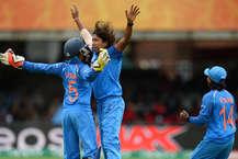 महिला विश्व कप के फाइनल में मेजबान इंग्लैंड ने रविवार को भारत के सामने जीत के लिए 229 रन का लक्ष्य रखा है. इंग्लैंड ने टॉस जीतकर बल्लेबाजी चुनी और झूलन गोस्वामी की घातक बॉलिंग की वजह से निर्धारित 50 ओवरों में सात विकेट खोकर सिर्फ 227 रन बना सकी. (ICC & Getty images)