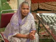 सावन के महीने में लाखों की सख्या में शिव भग्त कांवड़ लेकर आते हैं. उनकी सेवा में जगह-जगह श्रद्धालुओं ने शिविर भी लगा रखे हैं. पर गुरुग्राम के सिग्नेचर चौक पर बने शिविर में एक 70 वर्षीय शिव भक्त बुजुर्ग महिला सबका ध्यान अपनी और खींचती हैं.