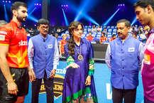 टीम इंडिया के पूर्व कप्तान कपिल देव और बॉलीवुड एक्ट्रेस जूही चावला ने CEAT अल्टीमेट टेबल टेनिस के दौरान स्टेडियम पहुंचकर खिलाड़ियों का हौसलाफजाई किया. ये इवेंट मुंबई के नेशनल स्पोर्ट्स क्लब ऑफ इंडिया में हो रहा है. कपिल देव ने खिलाड़ियों से मुलाकात तो की ही, साथ ही टेटे में हाथ भी आजमाए.