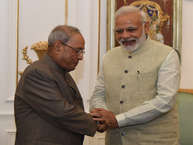 राष्ट्रपति प्रणब मुखर्जी के लिए प्रधानमंत्री नरेंद्र मोदी ने विदाई रात्रि भोज का आयोजन किया. ये डिनर समारोह नई दिल्ली के हैदराबाद हाउस में आयोजित किया गया. आपको बता दें कि 2012 में राष्ट्रपति पद संभालने वाले प्रणब मुखर्जी का कार्यकाल 24 जुलाई को खत्म हो रहा है. उनके बाद अब राम नाथ कोविंद भारत के 14वें राष्ट्रपति के रूप में शपथ लेंगे. (तस्वीरें - PMO twitter)