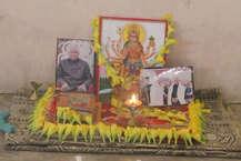 रामनाथ कोविंद देश के 14वें राष्ट्रपति होंगे. कोविंद ने विपक्ष की उम्मीदवार मीरा कुमार को शिकस्त देकर देश के प्रथम नागरिक बनने का गौरव हासिल किया है. इस बीच रामनाथ कोविंद के पैतृक गांव कानपुर देहात के तहसील डेरापुर के परौंख में जश्न का माहौल है. लोग एक दूसरे को वधाईयां दे रहे हैं और रामनाथ कोविंद जिंदाबाद के नारे भी लगा रहे हैं.
