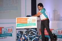 पूर्व क्रिकेटर और भारत रत्न सचिन तेंदुलकर ने मुंबई में आईडीबीआई फेडरल लाइफ इंश्योरेंस मुंबई हाफ मैराथन के 100 एथलीट्स के लिए जूते गिफ्ट किए हैं. यह मैराथन 20 अगस्त को होगी. एथलीट्स का रजिस्ट्रेशन 30 जुलाई तक किया जाएगा. इस मौके पर सचिन ने कहा- मैं आप सभी से अनुरोध करता हूं कि खुद फिट रहे और फैमिली को भी रखें. इस तरह के इवेंट्स यूथ से लेकर 70 तक के लोगों को फिट रहने के लिए मंत्र देता है.