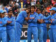 भारत एकबार फिर आईसीसी महिला विश्व कप का खिताब अपने नाम करने से चूक गया. मेज़बान इंग्लैंड ने भारत को नौ रनों से हराते हुए रविवार को चौथी बार विश्व कप का खिताब अपने नाम कर लिया. इंग्लैंड ने लॉर्ड्स मैदान पर भारत के सामने 229 रनों का लक्ष्य रखा था, जिसे भारतीय टीम हासिल नहीं कर पाई और 48.4 ओवरों में 219 रन पर अपने सभी विकेट गंवा बैठी. इस हार के साथ ही भारतीय महिला टीम के हाथ से 34 साल बाद एकबार फिर लॉर्ड्स के मैदान पर इतिहास बनाने का मौका भी चला गया. इंग्लैंड ने टॉस जीतकर पहले बल्लेबाजी करते हुए नताली स्काइवर के 51 रन और सारा टेलर के 45 रनों की मदद से निर्धारित 50 ओवरों में सात विकेट खोकर 228 रन बनाए थे. जीत के नज़दीक आकर 5 गलतियों टीम इंडिया को भारी पड़ गईं... (PHOTO: Getty)