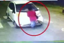 देखें: 60 रुपए के लिए ड्राइवर ने इस शख्स को बोनट से बांधा और घसीटता ले गया!