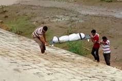 तेल नदी से एक बुजुर्ग महिला की लाश बरामद, जांच में जुटी पुलिस
