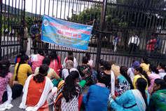 डीजी हेल्थ ऑफ़िस में एएनएम के घुसने पर रोक, बाहर बैठीं धरने पर