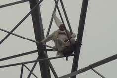 पुलिस की कार्रवाई से नाराज़ किसान चढ़ा टावर पर, कर रहा ये मांग...