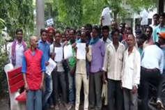 मूलभूत सुविधा की मांग को लेकर ग्रामीणों ने कलेक्टर को ज्ञापन सौंपा