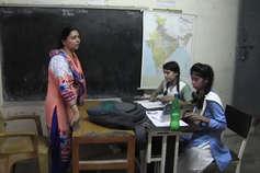 टीचरों की यूनिफॉर्म नहीं स्कूलों में सुविधाएं देने पर ध्यान दे सरकार