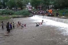 उदयपुर: टीडी नदी में कार के साथ तीन लोग बहे, एक की मौत