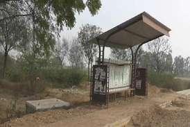 प्रशासन ने शमशान घाट के साथ बनाया बस स्टॉप, जाने से डर रहे ग्रामीण