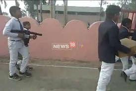 हरियाणा पुलिस ने मासूमों के हाथों में थमा दिए खतरनाक हथियार