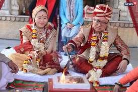 भारतीय संस्कृति से प्रेरित चार विदेशी जोड़ों ने हिंदू रीति-रिवाज से रचाई शादी