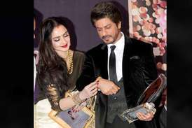 शाहरुख खान को रेखा के हाथों मिला