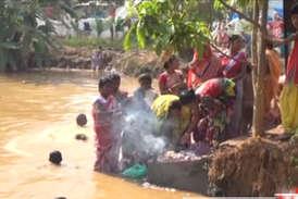 VIDEO: गंदे तालाब को 'कामना सागर' मानकर डुबकी लगा रहे हजारों लोग