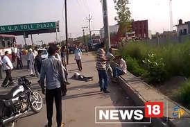 VIDEO : बस में सवार महिला को छेड़ने पर भीड़ ने दो मनचलों को पीटा