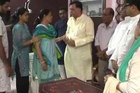 VIDEO: शहीद की मां ने 25 लाख का चेक लेने से मना किया, मंत्री ने पकड़ा पैर