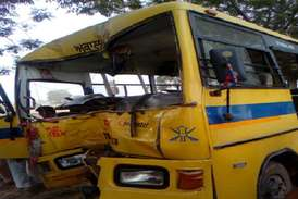 फतेहाबाद में स्कूल बस पेड़ से टकराई, 10 बच्चे घायल