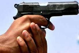बेटे को स्कूल लेने गई महिला को कोच ने मारी गोली, हालत गंभीर