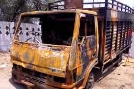 ट्रक में मिली पशुओं की हड्डियां, गुस्साए लोगों ने ट्रक को किया आग के हवाले