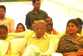 VIDEO : मंत्रीजी देते रहे भाषण, सांसद महोदय लेते रहे खर्राटे