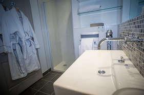 बाथरूम में घंटों बिताने की आदत भी बन सकती है तलाक की वजह!
