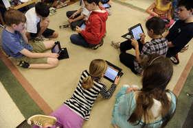 किसने कह दिया कि स्मार्टफोन से बच्चे बिगड़ते नहीं हैं...?