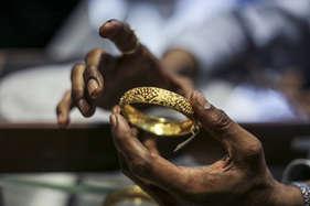इस वजह से 250 रुपये टूटा सोना, यहां जानें- 10 ग्राम सोने की नई कीमत