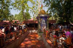 अद्भुत है इस मंदिर का कुंड, देश पर संकट आने से पहले ही पानी हो जाता है काला!