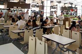 अशिष्ट ग्राहकों से ज्यादा पैसे वसूल करता है ये कैफे!