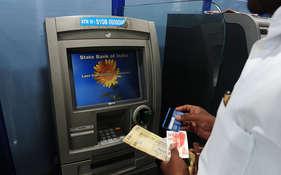 एसबीआई ने अपने बैंक का एटीएम इस्तेमाल करने का सुझाव दिया