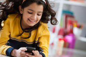 बच्चे को बहलाने के लिए स्मार्टफोन देना हो सकता है खतरनाक!