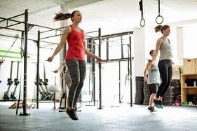 रोज रस्सी कूदने के ये फायदे आपको जिम जाने से बचाएंगे!