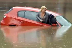 देखें: कार समेत डूब रही थी महिला, फिर अचानक...