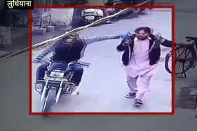 देखें: सरेआम मोबाइल छीनकर भागा बाइक सवार, सीसीटीवी में कैद चोर