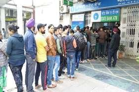 नोटबंदी: एटीएम के बाहर लंबी लाइनें, 3 दिन बैंक बंद