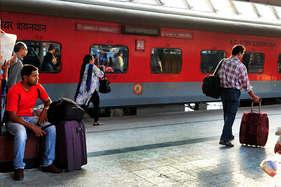 कोहरे से 80 ट्रेनें प्रभावित, 21 घंटे लेट चली दिल्ली-पटना राजधानी एक्सप्रेस